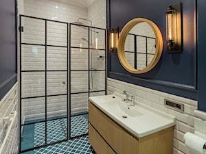 Mieszkanie w Trójmieście - Mała niebieska łazienka w bloku bez okna, styl industrialny - zdjęcie od BBHome