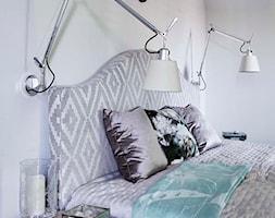Dom na Mazurach - Średnia biała sypialnia dla gości na poddaszu, styl tradycyjny - zdjęcie od BBHome