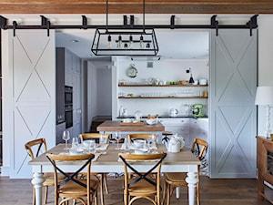Dom na Mazurach - Duża otwarta biała jadalnia jako osobne pomieszczenie, styl rustykalny - zdjęcie od bbhome.pl