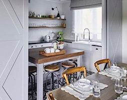 Dom na Mazurach - Mała otwarta szara kuchnia w kształcie litery l z wyspą z oknem, styl skandynawski - zdjęcie od BBHome