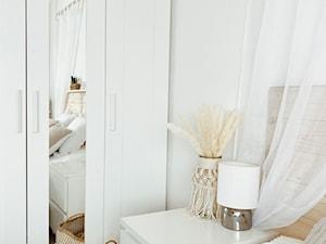 Sypialnia z jasnymi i naturalnymi dodatkami - zdjęcie od magda_homeuk
