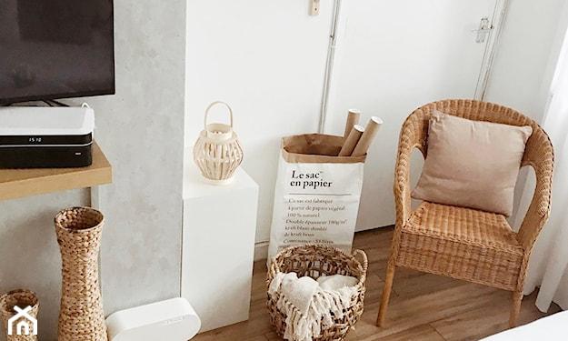wiklinowy fotel w salonie