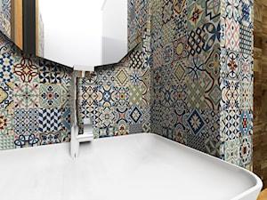 Detal w łazience - kafelki + płytki imitujące drewno
