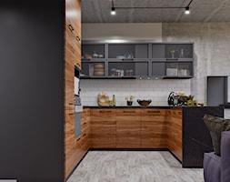 Ukraina / Kijów- 2-pokojowe mieszkanie w stylu industrialnym - Średnia otwarta szara kuchnia w kszt ... - zdjęcie od ABD Projects - Homebook