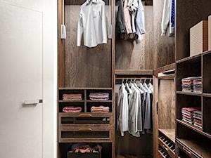 Elbląg - 2-poziomowe mieszkanie w stylu minimalistycznym - Mała zamknięta garderoba, styl nowoczesny - zdjęcie od ABD Projects