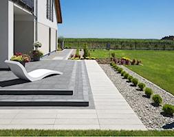 Nowocześnie wokół domu - Duży taras z tyłu domu, styl nowoczesny - zdjęcie od Bruk