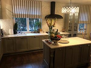 kuchnia klasyczna - Średnia otwarta biała beżowa kuchnia w kształcie litery l z wyspą z oknem, styl glamour - zdjęcie od Anna Masiewicz 2