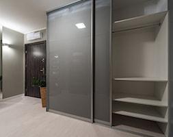 Wnętrze w styu eleganckiej nowoczesności - Duży szary hol / przedpokój - zdjęcie od Interiors Poland