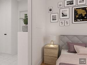 Przytulna sypialnia - Mała biała sypialnia małżeńska, styl klasyczny - zdjęcie od MOOKA Studio