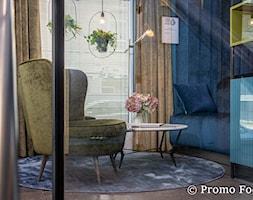 MIKOŁAJSKA studio- zdjęcia wnętrz Kraków Promo Focus.pl - Małe niebieskie biuro kącik do pracy w pokoju, styl tradycyjny - zdjęcie od Fotografia Wnętrz Kraków- Promofocus
