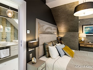 Poddasze - Mała czarna sypialnia małżeńska na poddaszu z łazienką, styl eklektyczny - zdjęcie od Fotografia Wnętrz Kraków- Promofocus
