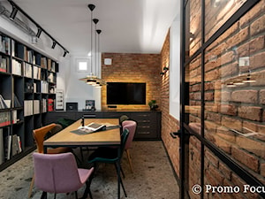 MIKOŁAJSKA studio- zdjęcia wnętrz Kraków Promo Focus.pl - Średnie białe biuro pracownia w pokoju, styl tradycyjny - zdjęcie od Fotografia Wnętrz Kraków- Promofocus