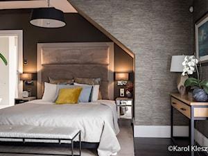 Poddasze - Średnia szara czarna sypialnia małżeńska na poddaszu z łazienką, styl eklektyczny - zdjęcie od Fotografia Wnętrz Kraków- Promofocus
