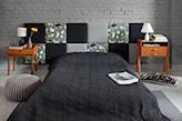zagłówek z kolorowych kwadratów, drewniana szafka nocna, biała lampa stołowa