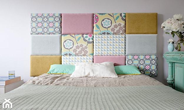 zagłówek z kolorowych kwadratów, zielone poduszki, biała ściana