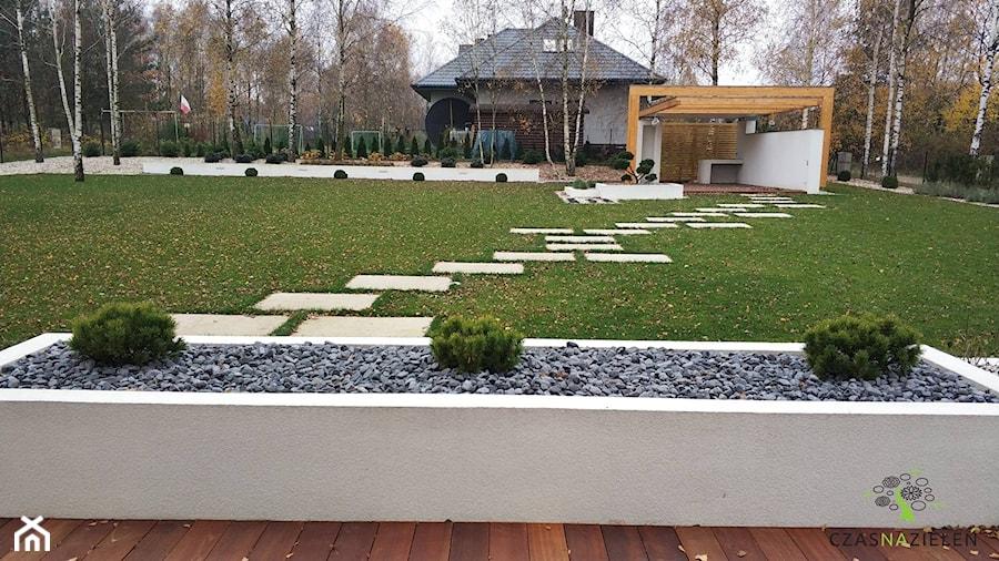 Aranżacje wnętrz - Ogród: Ogród minimalistyczny - Duży ogród za domem, styl nowoczesny - Czas na zielen. Przeglądaj, dodawaj i zapisuj najlepsze zdjęcia, pomysły i inspiracje designerskie. W bazie mamy już prawie milion fotografii!
