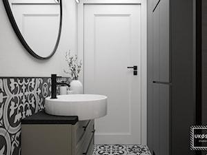 ŁAZIENKA 4,35m2 - Średnia biała czarna łazienka w bloku w domu jednorodzinnym bez okna, styl klasyczny - zdjęcie od UKOSY studio