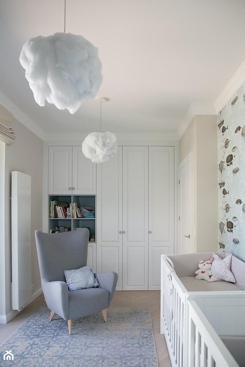 Duński design z francuską nutą, ul. Tamka w Warszawie - Średni beżowy kolorowy pokój dziecka dla niemowlaka dla malucha - zdjęcie od zablocka_studio