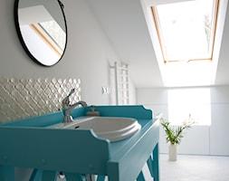 Pastelowe piętro domu, Wawer - Średnia biała łazienka na poddaszu w bloku w domu jednorodzinnym z oknem - zdjęcie od zablocka_studio