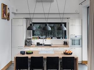 Nowoczesny dom - Mała otwarta biała beżowa kuchnia jednorzędowa w aneksie z oknem, styl nowoczesny - zdjęcie od Mikołaj Dąbrowski