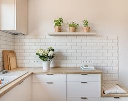 Sesja zdjęciowa kuchni w bloku - Średnia biała różowa kuchnia w kształcie litery l z oknem, styl nowoczesny - zdjęcie od Studio Buffavento | Paulina Zatorska