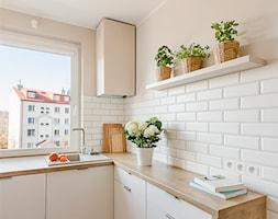 Sesja zdjęciowa kuchni w bloku - Średnia biała beżowa kuchnia w kształcie litery l z oknem, styl nowoczesny - zdjęcie od Studio Buffavento | Paulina Zatorska