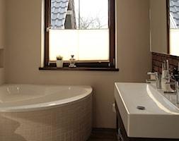 DOM W OSIELSKU - Mała czarna szara łazienka w bloku w domu jednorodzinnym z oknem, styl eklektyczny - zdjęcie od aCh studio