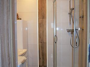 ŁAZIENKA PANI IWONY - Mała biała łazienka w bloku w domu jednorodzinnym bez okna, styl nowoczesny - zdjęcie od aCh studio