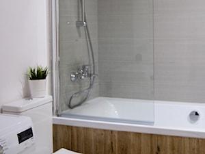 MIESZKANIE NA WYNAJEM W FORDONIE - Mała biała szara łazienka w bloku, styl klasyczny - zdjęcie od aCh studio