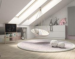 PODDASZE DLA MALUCHÓW - Duży biały różowy pokój dziecka dla dziewczynki dla malucha - zdjęcie od LENA INTERIORS