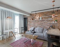Mieszkanie w Ketach, 48 m2 - Mała otwarta brązowa jadalnia w salonie, styl eklektyczny - zdjęcie od TIKA DESIGN - Homebook