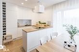 biały okap, mała kuchnia, drewniany blat, wnętrze skandynawskie