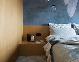 APARTAMENT M. W KRAKOWIE - Mała niebieska sypialnia małżeńska, styl nowoczesny - zdjęcie od TIKA DESIGN