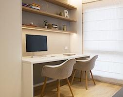 APARTAMENT JK. W KRAKOWIE - Średnie beżowe białe biuro domowe kącik do pracy w pokoju, styl nowoczesny - zdjęcie od TIKA DESIGN