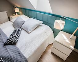 PROJEKT BESTWINA - Średnia beżowa szara niebieska sypialnia małżeńska na poddaszu, styl nowoczesny - zdjęcie od TIKA DESIGN