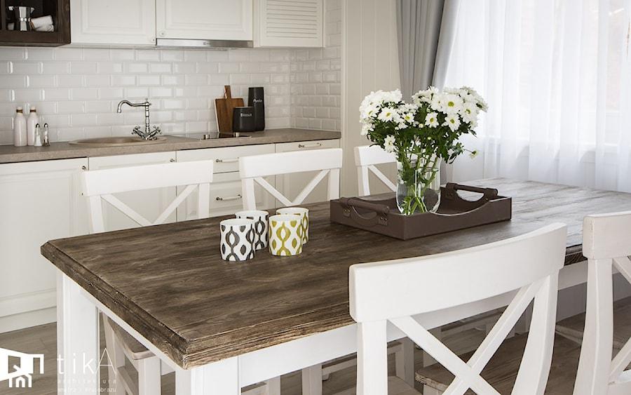Projekt Szczyrk - Średnia otwarta jadalnia w kuchni, styl skandynawski - zdjęcie od TIKA