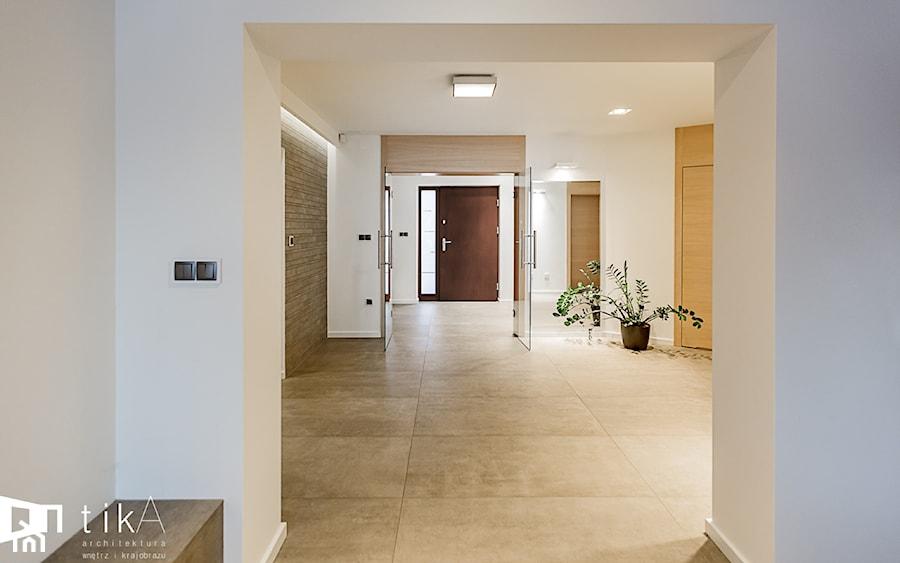 Aranżacja parteru domu jednorodzinnego. - Duży biały hol / przedpokój, styl nowoczesny - zdjęcie od TIKA DESIGN