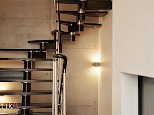 Projekt Myślenice - Średnie wąskie schody jednobiegowe zabiegowe drewniane, styl nowoczesny - zdjęcie od TIKA DESIGN