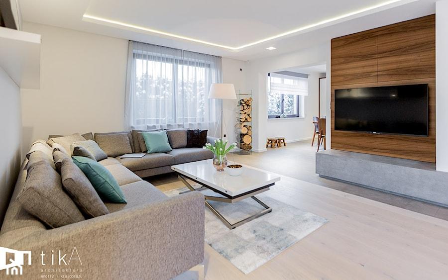 Aranżacja parteru domu jednorodzinnego. - Średni biały salon, styl nowoczesny - zdjęcie od TIKA DESIGN