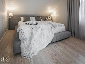 Projekt Szczyrk - Średnia szara sypialnia małżeńska na poddaszu, styl skandynawski - zdjęcie od TIKA DESIGN
