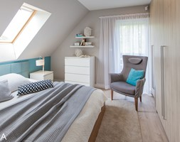 PROJEKT BESTWINA - Średnia szara sypialnia małżeńska na poddaszu z balkonem / tarasem, styl nowoczesny - zdjęcie od TIKA DESIGN