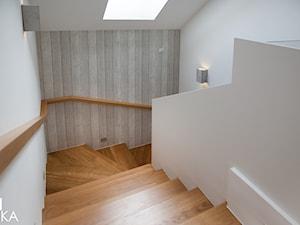 PROJEKT BESTWINA - Średnie wąskie schody wachlarzowe drewniane, styl nowoczesny - zdjęcie od TIKA DESIGN