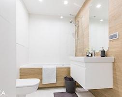 Realizacja projektu wnętrza mieszkania w Krakowie - Średnia biała beżowa łazienka w bloku bez okna, styl nowoczesny - zdjęcie od TIKA DESIGN
