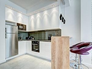 Średnia otwarta biała szara kuchnia w kształcie litery u w aneksie - zdjęcie od MediaZoom :: fotografia wnętrz i architektury