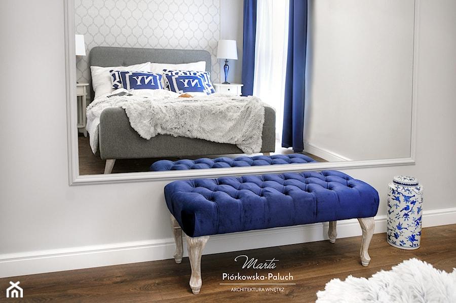 """""""New Jork, New Jork..."""" - Mała biała sypialnia małżeńska, styl nowojorski - zdjęcie od Architektura Wnętrz Marta Piórkowska-Paluch"""