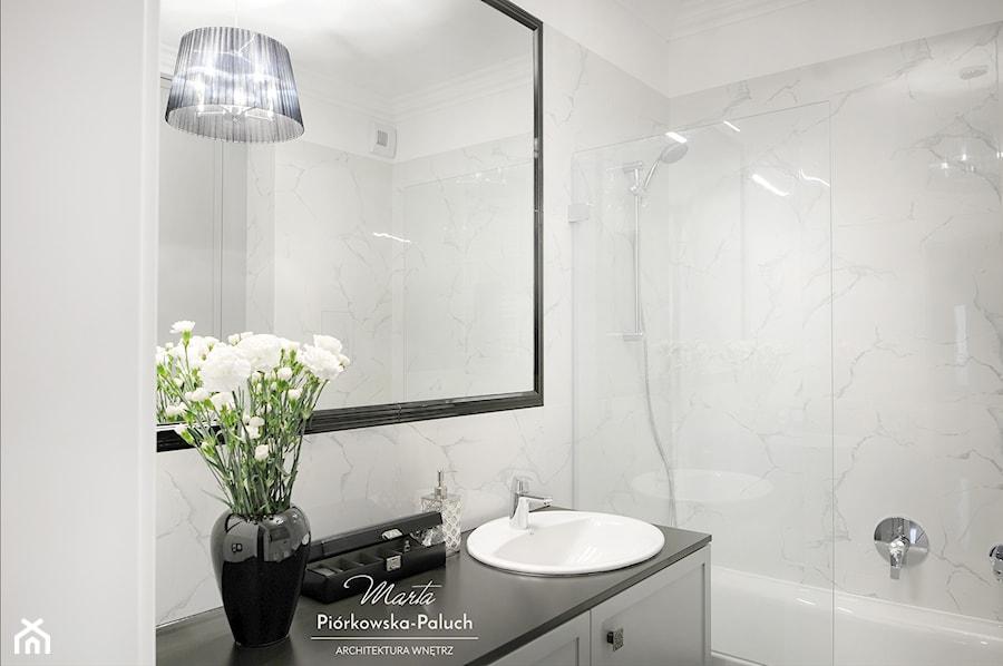 """""""New Jork, New Jork..."""" - Średnia biała łazienka bez okna, styl nowojorski - zdjęcie od Architektura Wnętrz Marta Piórkowska-Paluch"""