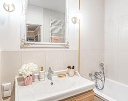 Butelkowa zieleń - Mała beżowa łazienka w bloku w domu jednorodzinnym bez okna, styl nowojorski - zdjęcie od Architektura Wnętrz Marta Piórkowska-Paluch