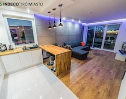 Średnia otwarta biała kuchnia w kształcie litery u w aneksie z oknem - zdjęcie od indeco_trójmiasto