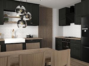 Salon z ciemną kuchnią w stylu klasycznym.