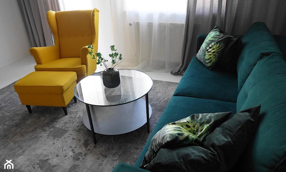 salon skandynawski z zieloną kanapą